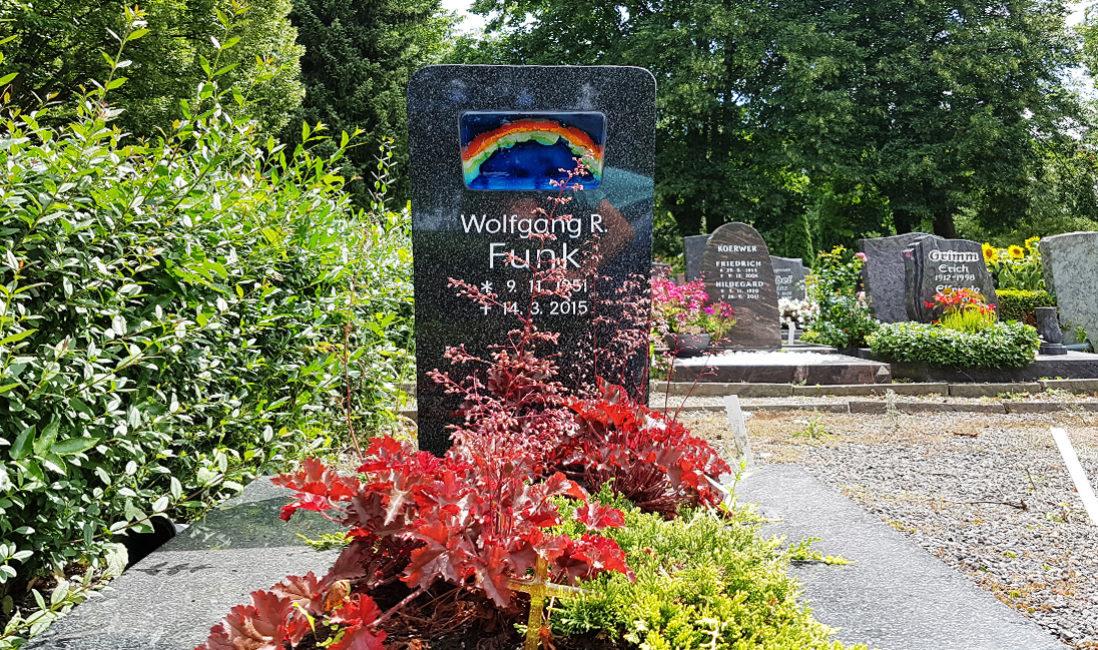 Urnengrabstein Granit Glaselement Regenbogen Grabgestaltung Blumen Bodendecker Friedhof Weida