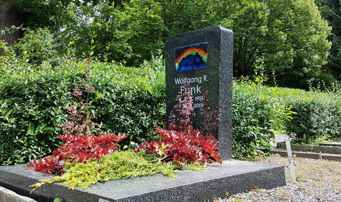 Urnengrabmal Granit schwarz Regenbogen Grababdeckplatte Grabbepflanzung Friedhof Weida