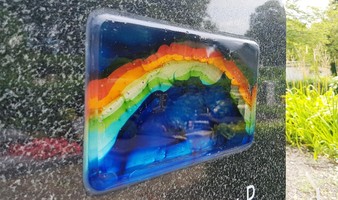 Grabstein Urnengrabstelle Glaselement Regenbogen Granit Steinmetz Idee