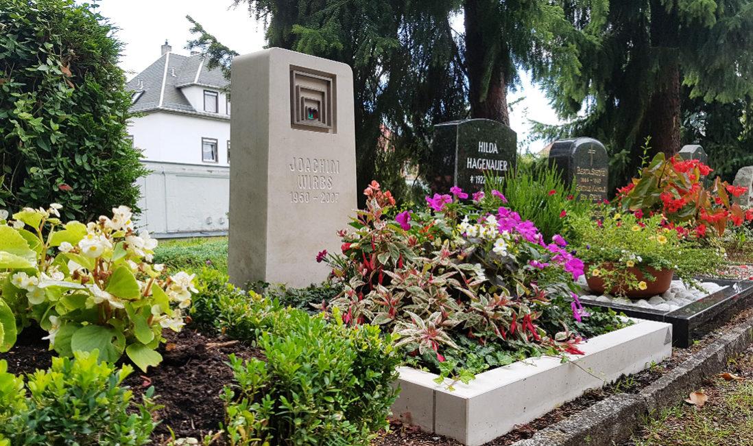 Grabstein Urnengrab Kalkstein Bronze Grabeinfassung Grabpflanzen Sommer Friedhof Weida