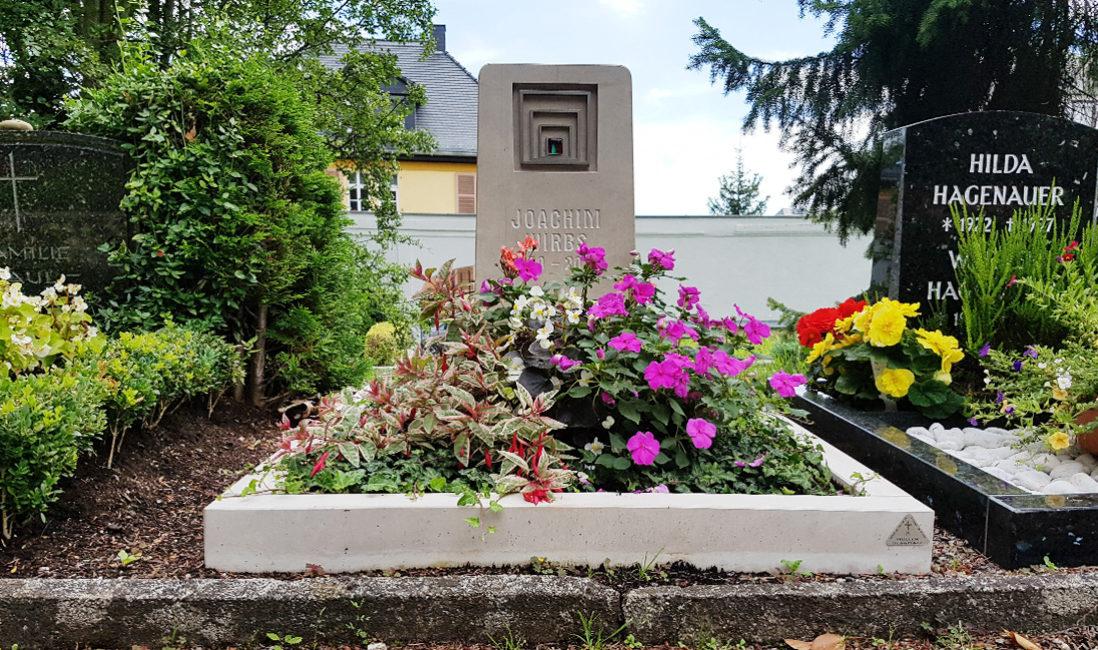 Urnengrabstätte Grabstein Einfassung Grabbepflanzung Blumen Friedhof Weida