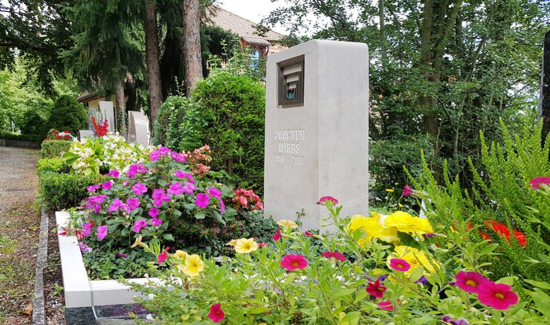Grabmal Urnengrabanlage Kalkstein Bronze Symbol Stele Grabgestaltung Sommer Beispiel