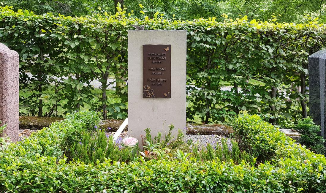 Grabstätte Urnengrab Kalkstein Bronzetafel Grabgestaltung Bodendecker Immergrün Friedhof Weida