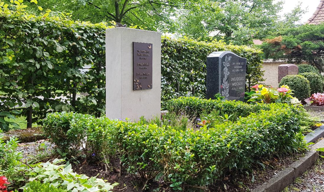 Grabstein Urnengrabanlage weißer Kalkstein Grabbepflanzung Hecke Buchsbaum Friedhof Weida