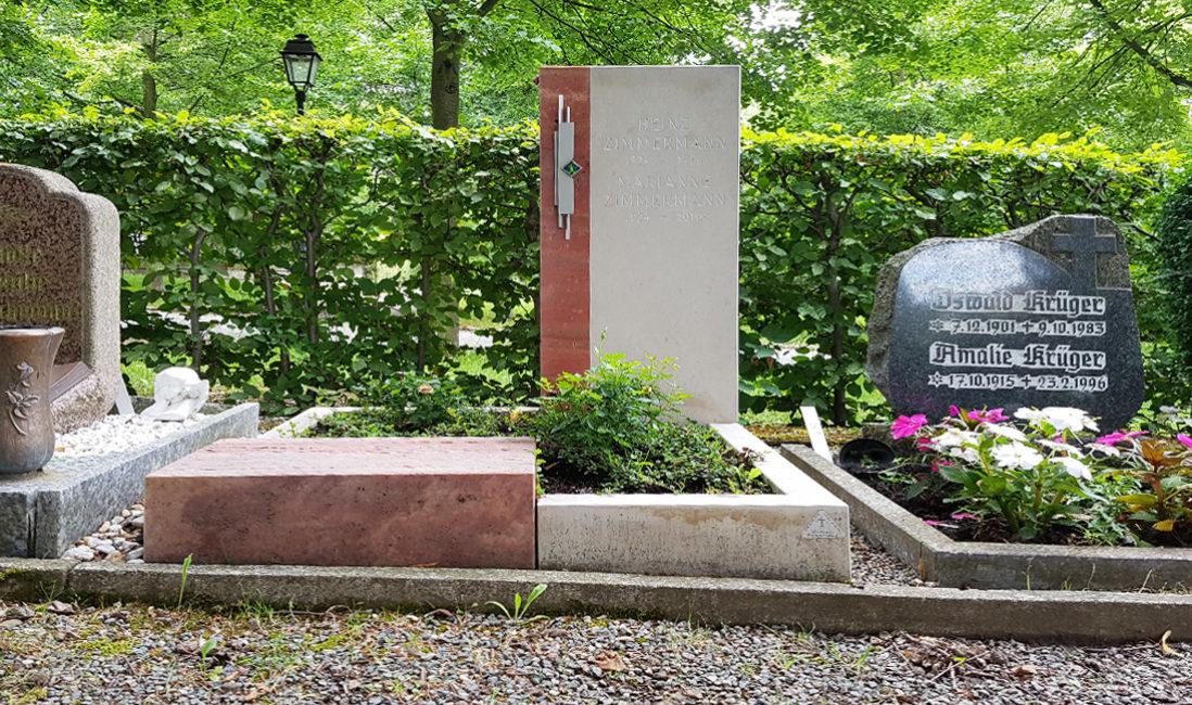 Grabstein Urnengrabstelle roter Travertin weißer Kalkstein Edelstahl Grabeinfassung Grabbepflanzung pflegeleicht Friedhof Weida