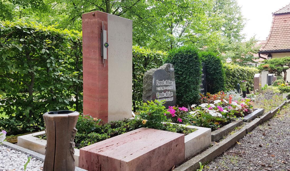 Urnengrabstein Travertin rot kalkstein weiß Einfassung Grabpflanzen Rose Bodendecker Friedhof Weida