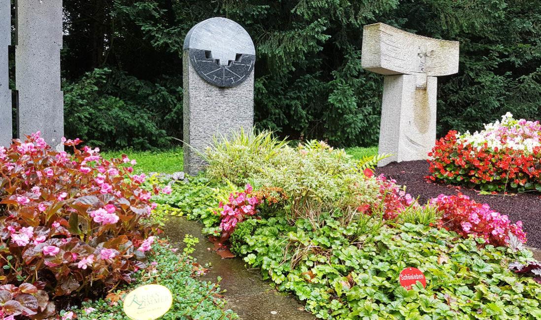 Grabstein Einzelgrab Granit Stele Grabgestaltung Sommer Blumen Bodendecker Südfriedhof Köln