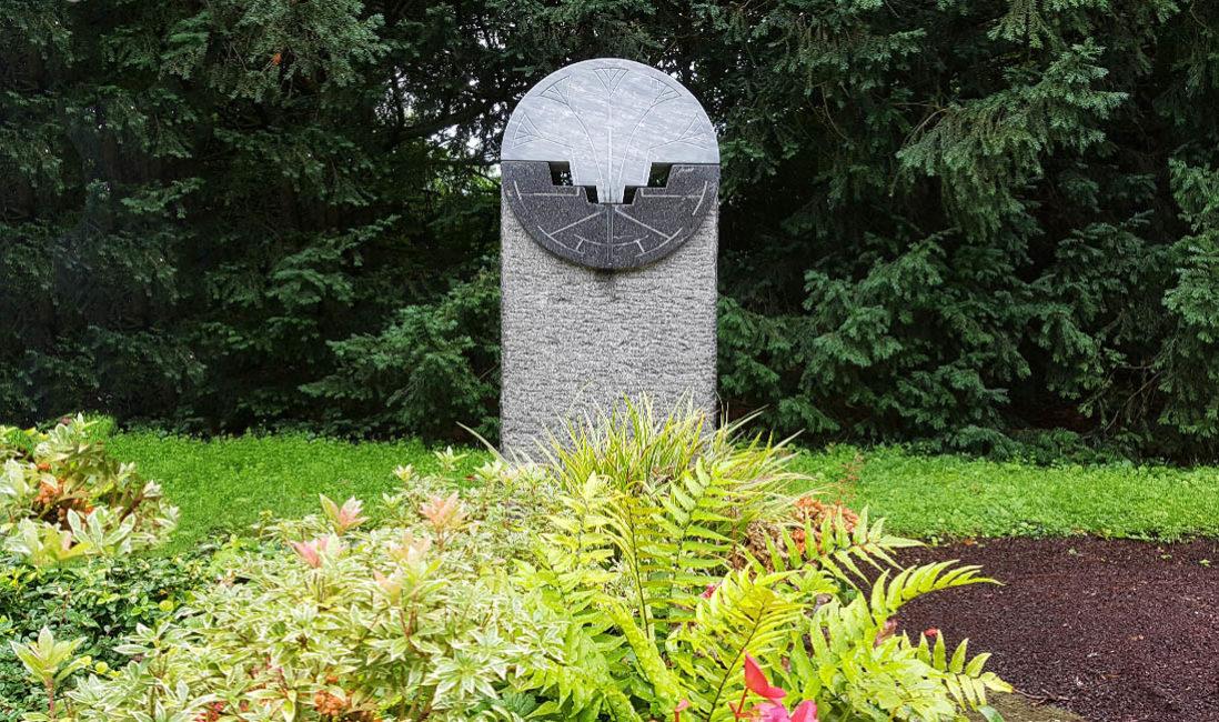 Grabstele Einzelgrabmal Granit Bogen Steinmetz Grabbepflanzung Farne Bodendecker Südfriedhof Köln