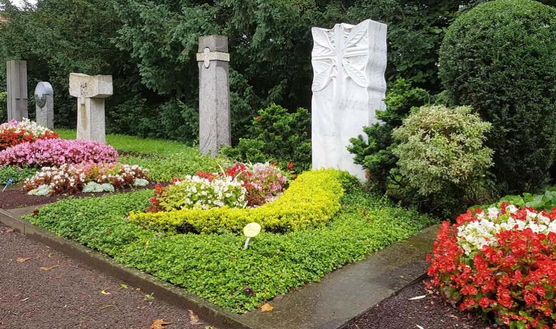 Grabmal Doppelgrab Mustergrabanlage Marmor kruez Grabgestaltung Friedhofsgärtner Bepflanzung Sommer Südfriedhof Köln
