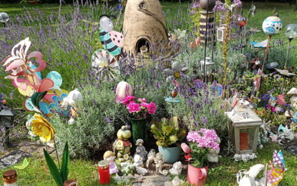 Kindergrab-gestalten-mit-Deko,-Grabstein,-Engel-und-Grabschmuck