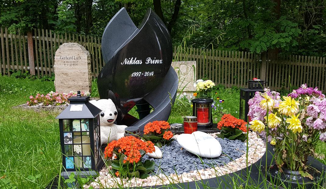 Kindergrab mit Engel und Grabstein auf Friedhof Cospeda