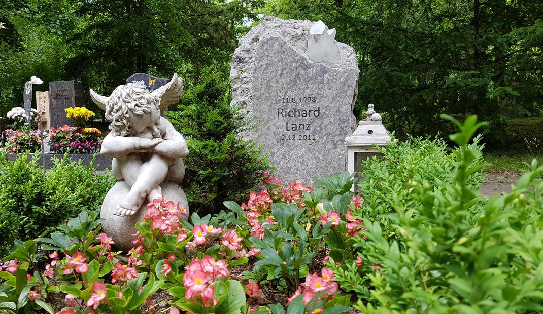 Kindergrab mit Engel und Grabstein auf Friedhof Erfurt
