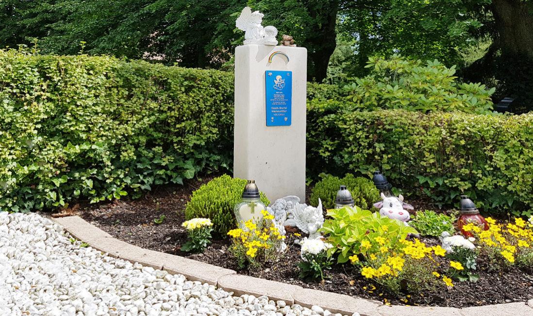 Urnengrabstein Kindergrab Kalkstein Bronzetafel Regenbogen Grabschmuck Engel Grablaternen Grabbepflanzung Sommer Friedhof Weida