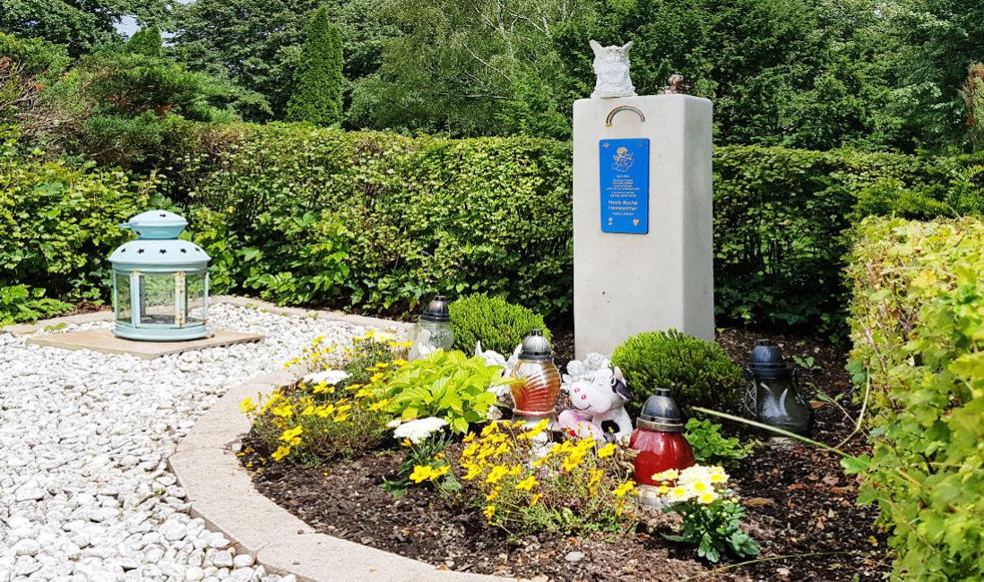 Urnengrabmal Kindergrabstein Kalkstein weiß Regenbogen Bronze Grabgestaltung Grabpflanzen Friedhof Weida