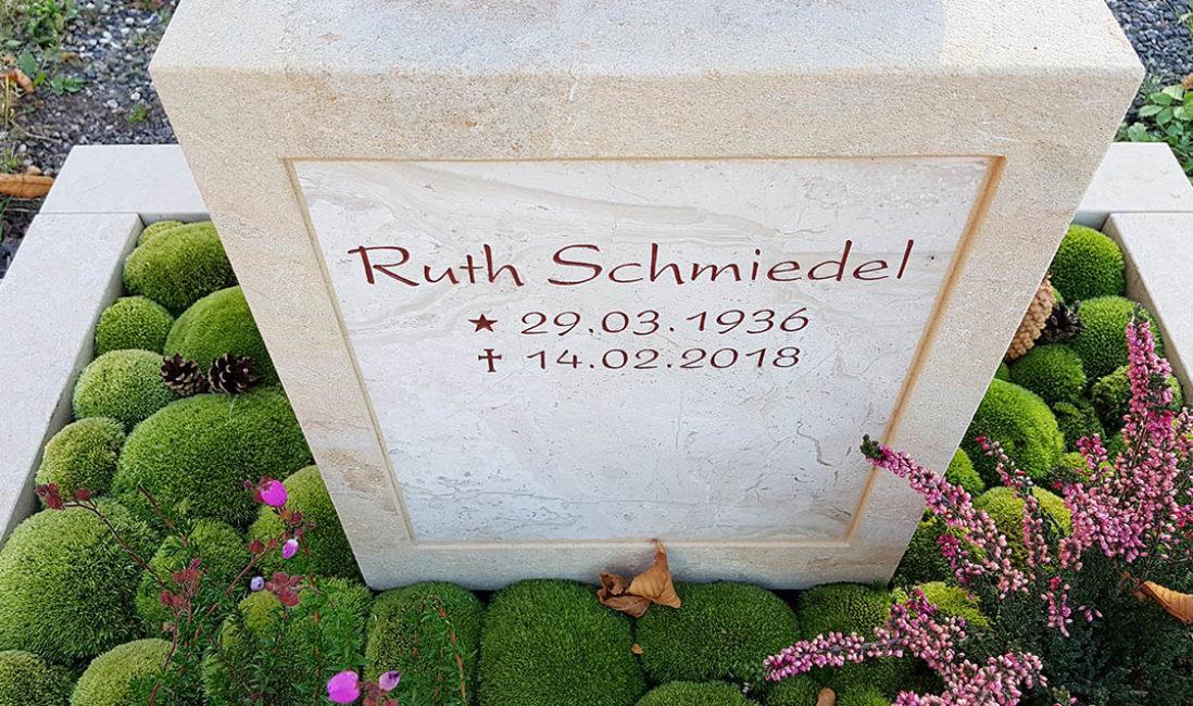 Grabmal Urnengrab Sandstein Grabinschrift Grabpflege Grabbepflanzung Moos