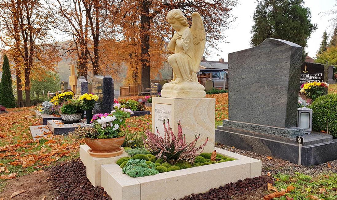 Grabengel Urnengrab Sandstein Einfassung Grabgestaltung Moos Herbstbepflanzung Grabschale Saalfeld