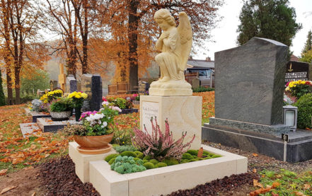 Impressionen vom Friedhof: Grabanlage für ein Urnengrab - Grabstein mit Engel
