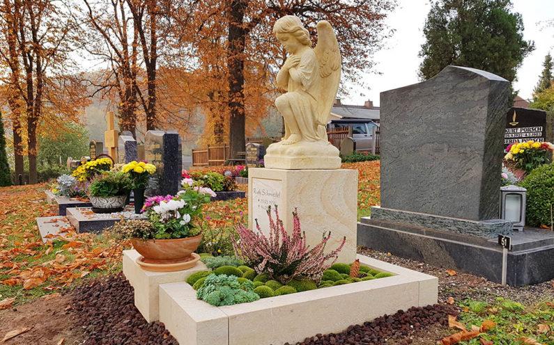 Könitz Friedhof Urnengrabstein mit Grabengel Schmiedel