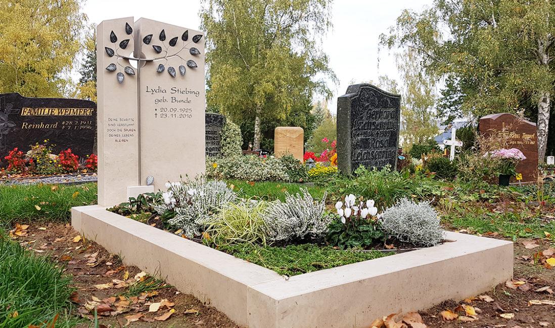 Zweiteiliger Grabstein Einzelgrabmal Grabeinfassung Grabgestaltung Herbst Grabpflanzen Bodendecker