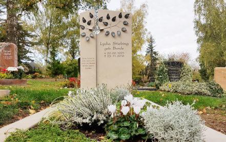 Impressionen vom Friedhof: Grabstein aus Kalkstein mit Lebensbaum & Kreuz