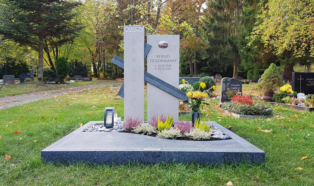 Doppelgrabstein Zweiteiliger Grabstein Grabanlage Kreuz Kalkstein Granit Grabeinfassung Grabplatte Grabgestaltung Grabbepflanzung Herbst Grabschmuck Chemnitz