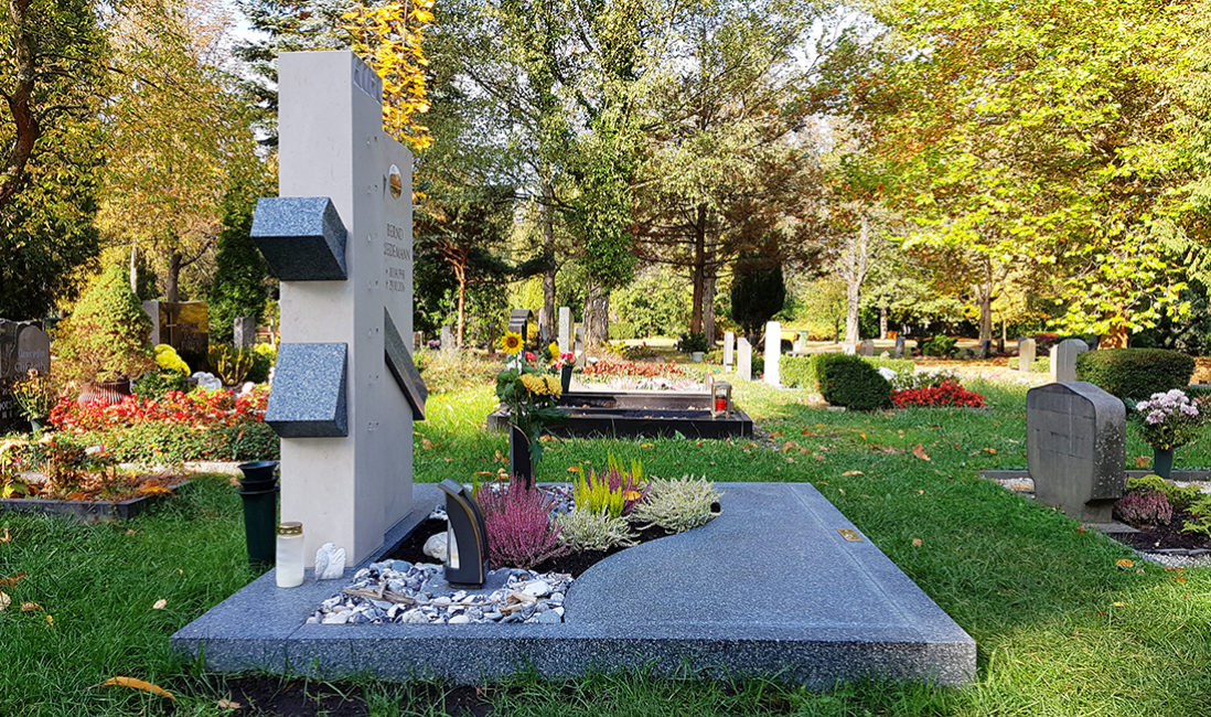 Grabanlage Familiengrab Doppelgrabmal Kreuz Granit Kalkstein Einfassung Kalkstein Granit Kreuz Kies Grabgestaltung Grabpflanzen