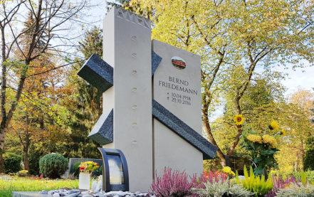 Impressionen vom Friedhof: Zweiteiliger Grabstein mit Kreuz - aus Kalkstein & Granit