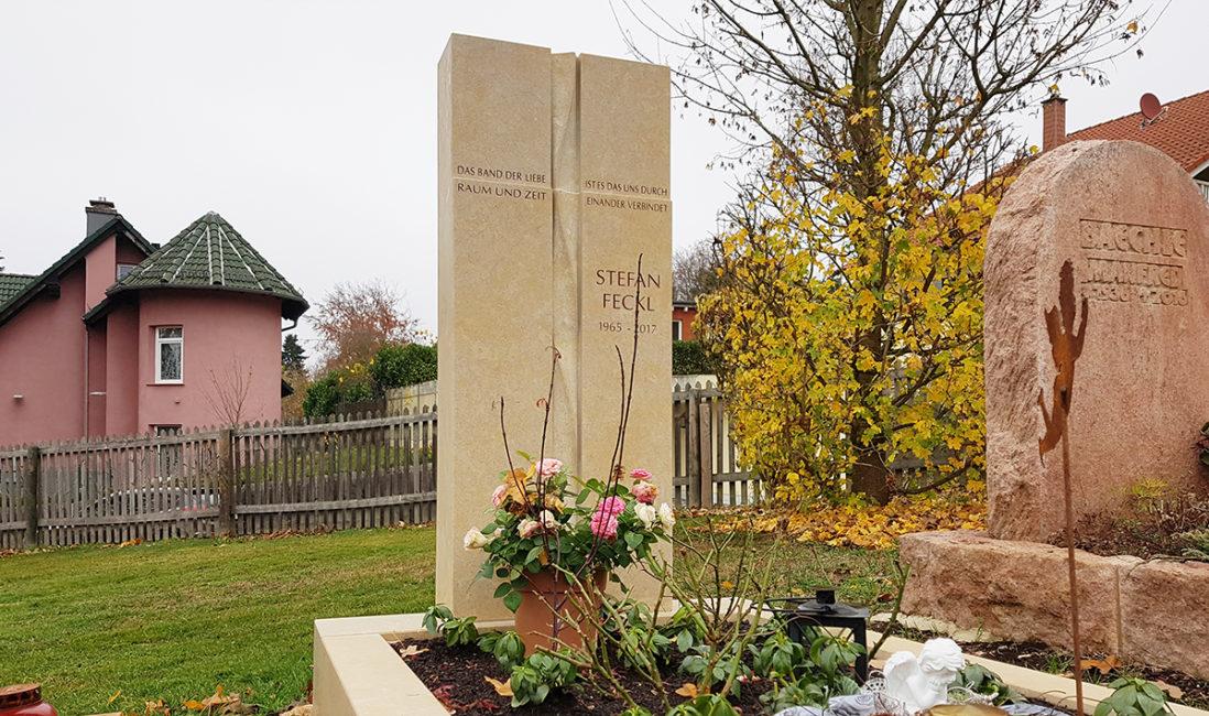 Grabmal Einzelgrabanlage Kalkstein Einfassung Kreuz Spirale Grabinschrift Stauden Gehölze Grabbepflanzung mehrjährig Friedhofsgärtner Frankfurt