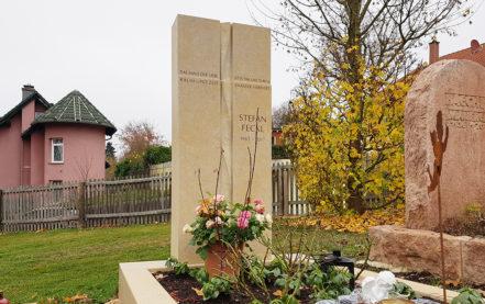 Impressionen vom Friedhof: Moderner Einzelgrabstein aus Kalkstein mit Spirale