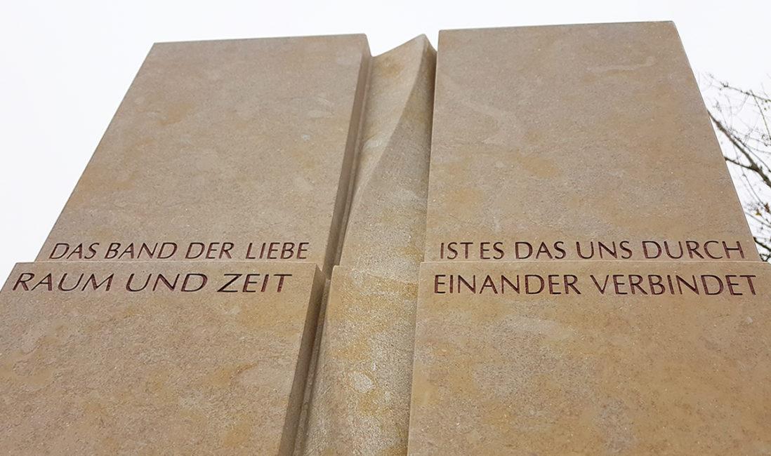Einzelgrabmal Kalkstein modern Kreuz Spirale Inschrift Grab Sprüche Gestaltungsidee Friedhof Frankfurt