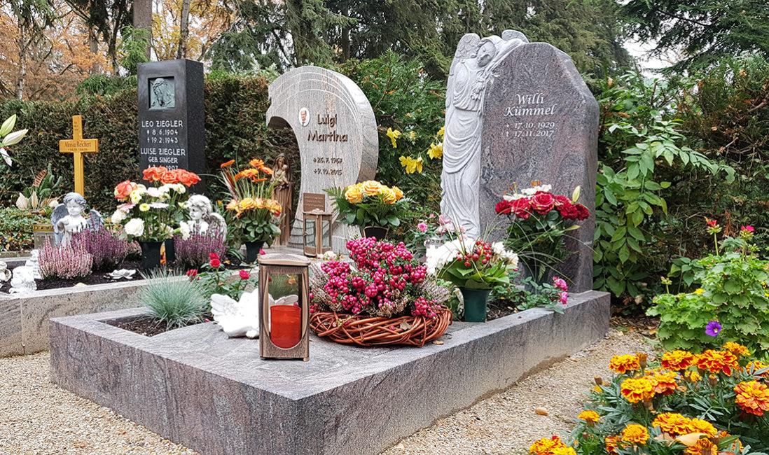 Grabstein Einzelgrab Engel Granit Grabeinfassung Grablampe Grabschmuck Grabgesteck Grabgestaltung Herbst Blumen Steinmetz Frankfurt