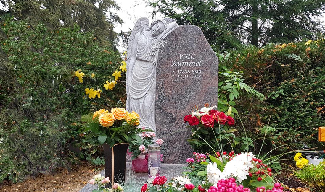 Grabengel Einzelgrabstein Granit Blumenschmuck Herbst Grabvase Bronze Friedhofsgärtner Frankfurt