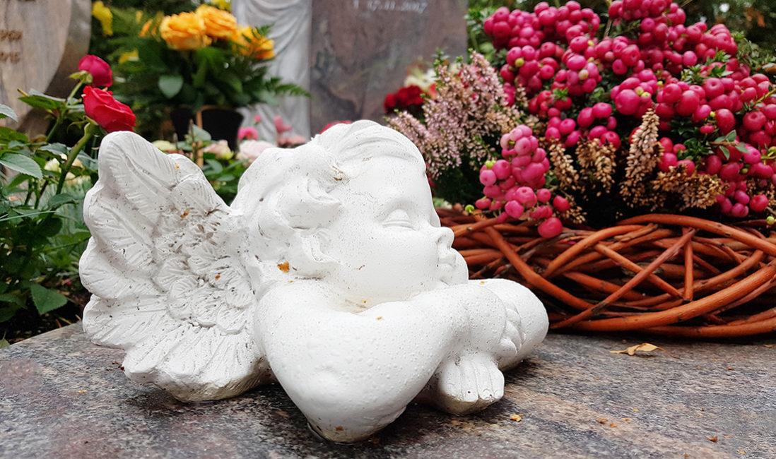 Grabmal Einzelgrabanlage Grabschmuck Grabgestaltung Engel Blumengesteck Herbst Friedhof Frankfurt