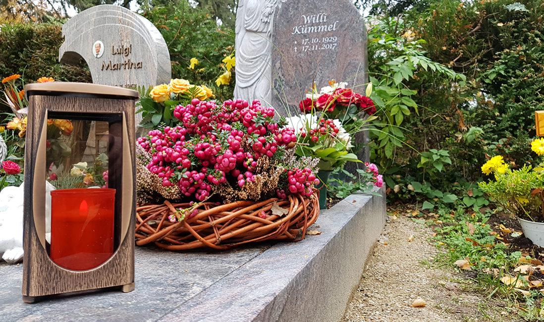 Grabanlage Einzelgrabstein Granit Grabgestaltung Blumen Grabgesteck Herbst Grabeinfassung Grabschmuck Floral Herbst Idee Beispiel