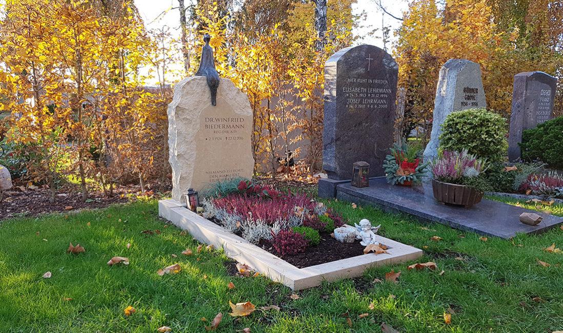Grabmal Einzelgrabstelle Findling Kalkstein Grabeinfassung Grabbepflanzung Herbst Winter Heide
