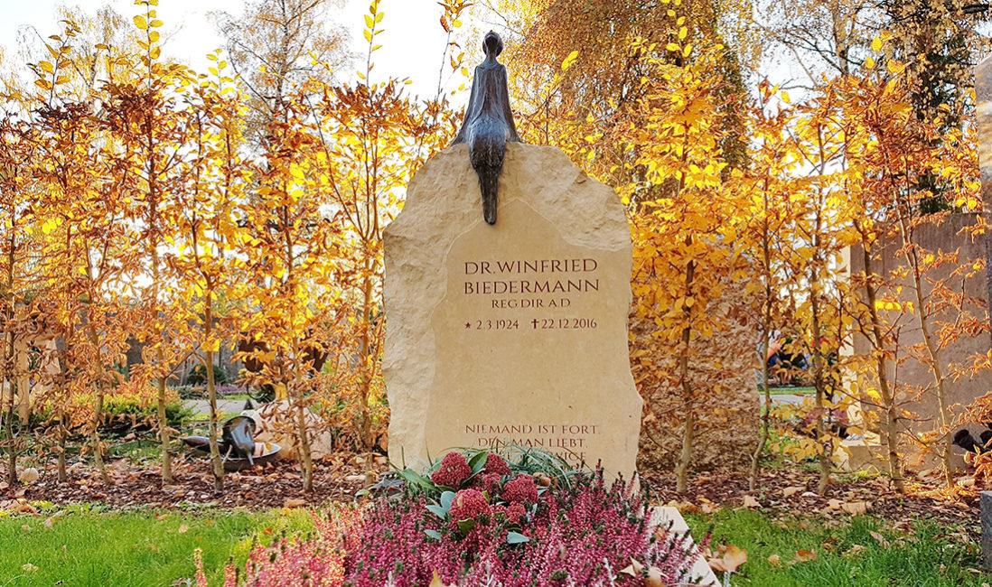 Grabstein Einzelgrab Umfassung Kalkstein Bronze Figur Frau Mensch Grabgestaltung Herbst Findling Fels