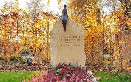 Impressionen vom Friedhof: Einzelgrabstein als Findling gebrochen aus gelben Kalkstein