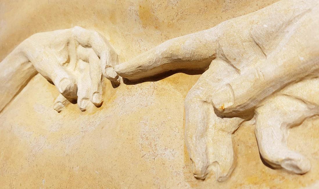 Doppelgrabmal Kalkstein Da Vinci Hände plastisch Friedhof Fürth