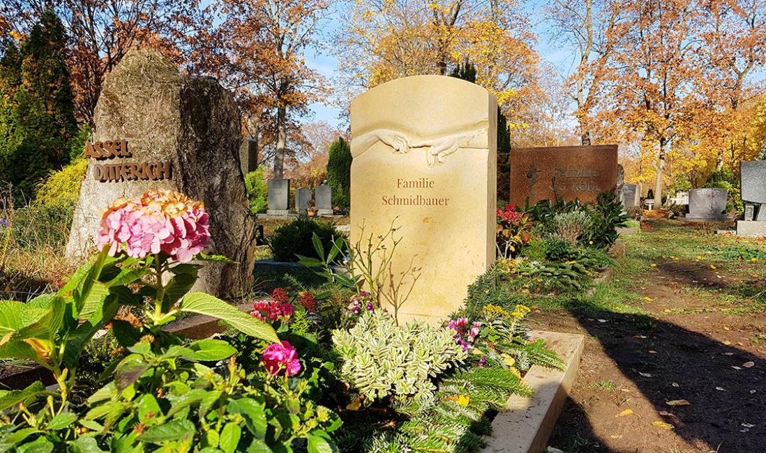 Doppelgrabstein Kalkstein Da Vinci Hände plastisch Grabbepflanzung Grabumrandung Steinmetz Fürth