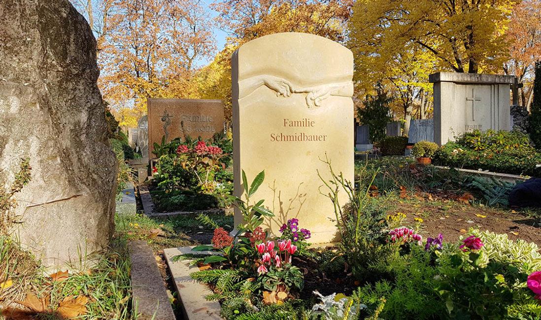 Grabmal Familiengrab reichende Hände plastisch Bildhauer Fürth