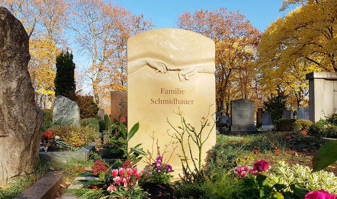 Grabstein Doppelgrab Kalkstein Da Vinci Hände plastisch Hauptfriedhof Fürth