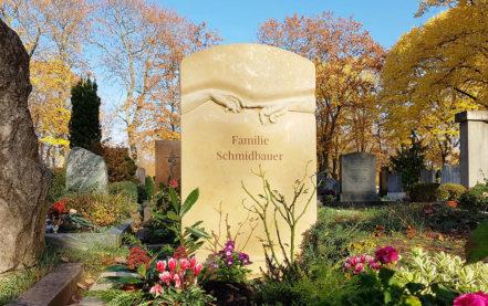 Impressionen vom Friedhof: Grabstein für ein Doppelgrab aus Kalkstein mit Umfassung