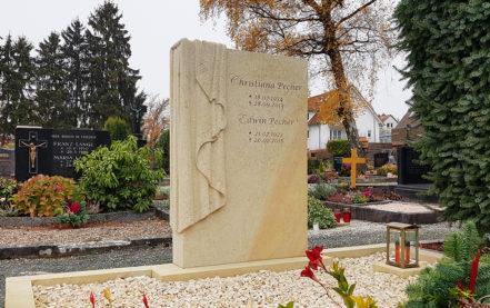 Impressionen vom Friedhof: Doppelgrabanlage mit Einfassung aus Sandstein - Grabtuch & Grabgestaltung mit Kies