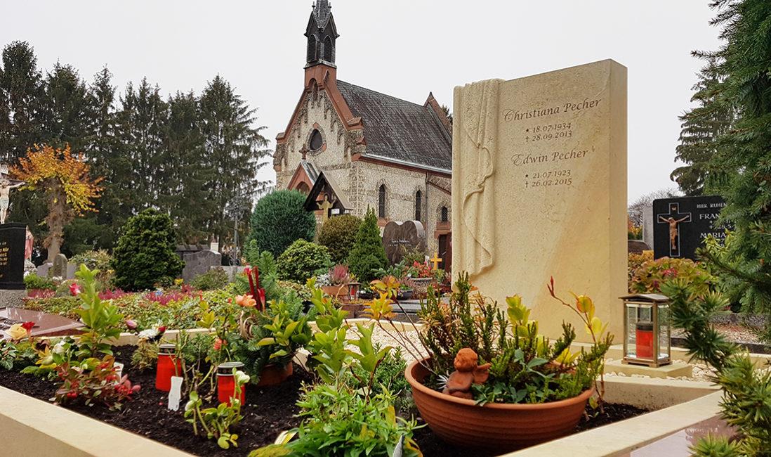 Doppelgrabstein Tuch Grabinschrift Grabpflanzen Stauden mehrjährig Idee Beispiel Sandstein Grabschale Friedhof Bad Homburg