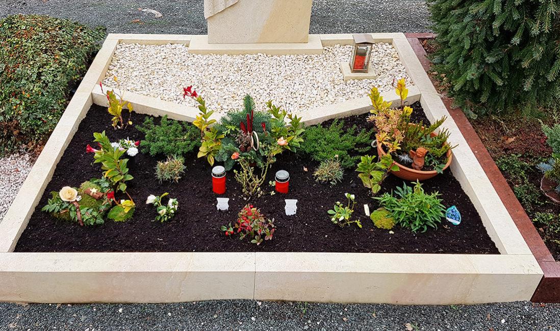 Doppelgrab Grabstein Grabeinfassung Grabgestaltung Kies Stauden Grabbepflanzung Grabgesteck Winter Grabkerzen Grablaterne