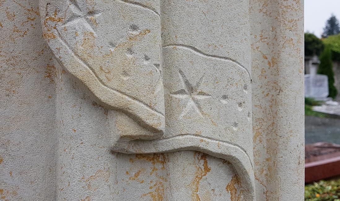 Doppelgrabmal Sandstein Detail Ausarbeitung Tuch Faltenwurf Sterne Steinmetz Bad Homburg