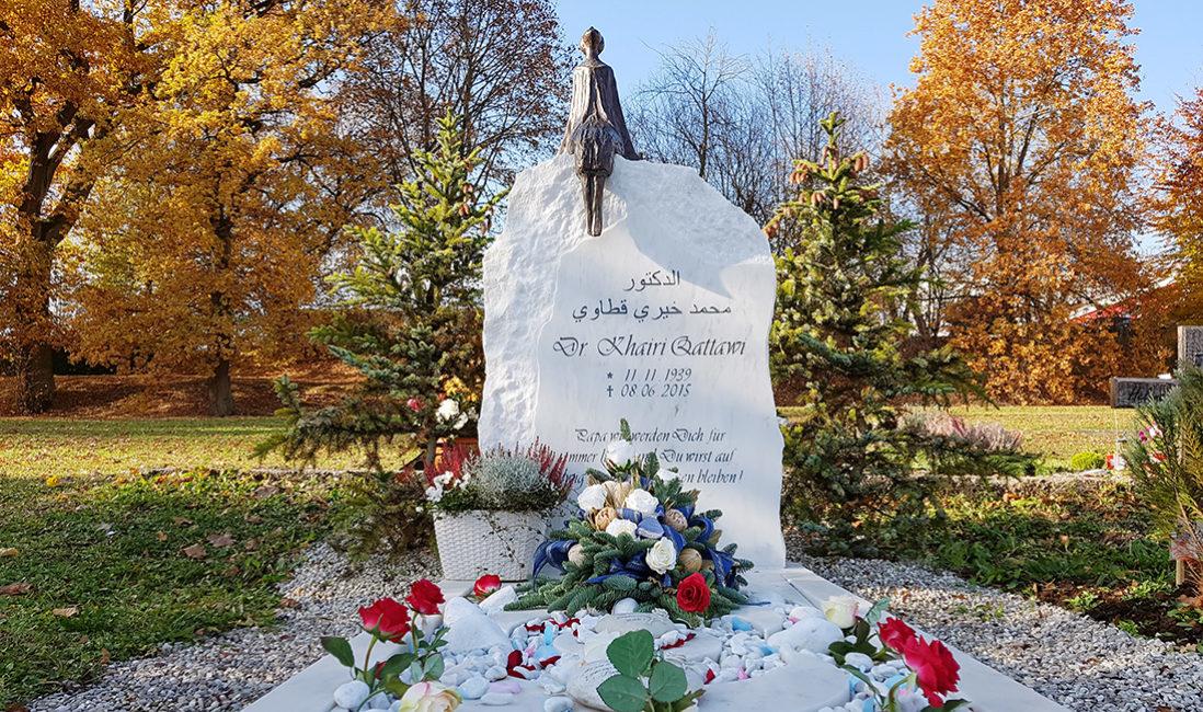 Grabstein Einzelgrab Marmor Bronzefigur Frau Fels Findling Grabspruch Grabeinfassung Blumenbukett München