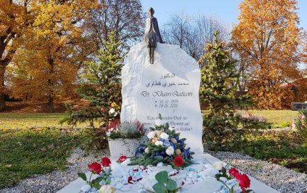 Impressionen vom Friedhof: Weißer Einzelgrabstein als Fels mit Einfassung