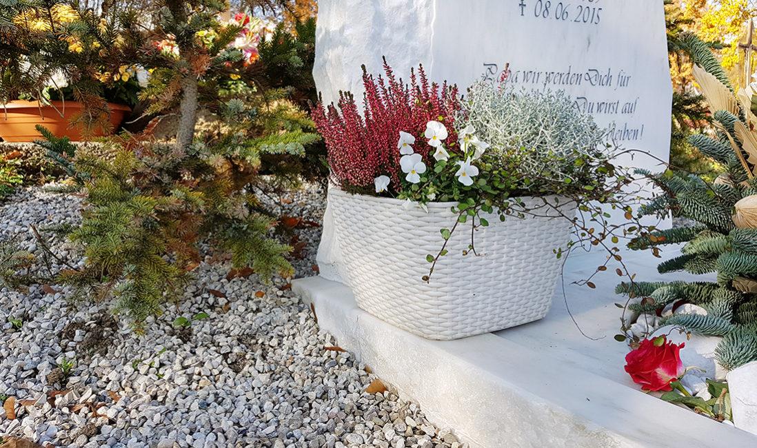 Grabmal Einzelgrab Marmor Blumenschmuck Grabgesteck Grabeinfassung München