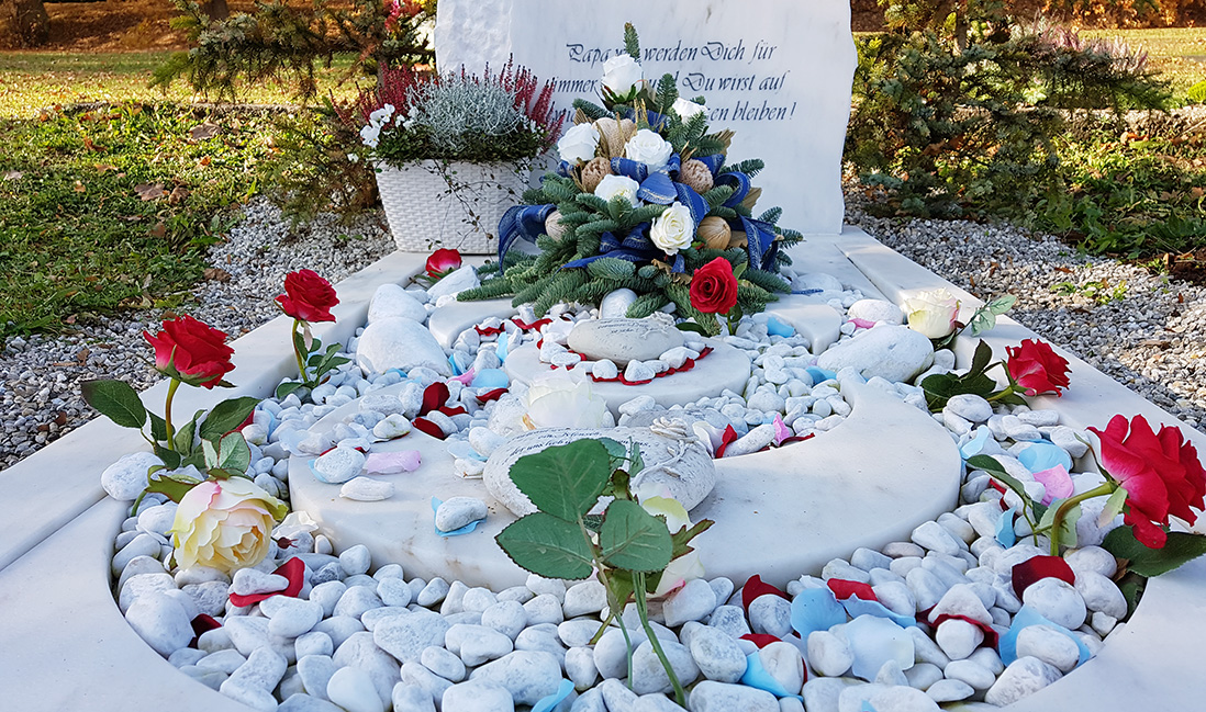 Aufwendige Grabgestaltung eines Einzelgrabs. © Stilvolle-Grabsteine.de